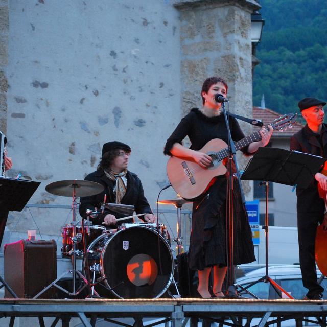 groupe-de-musique-devant-lglise-mairie-dallevard-les-bains.jpg